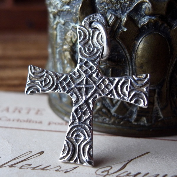 画像1: 彫り紋様のシルバークロス
