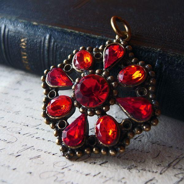 画像1: 赤いガラスのペンダントトップ