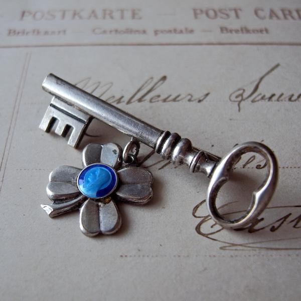 画像1: 鍵と四つ葉のクローバーのブローチ
