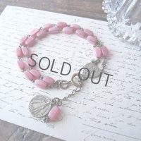 ピンクのガラスビーズとメダイ2点のブレスレット