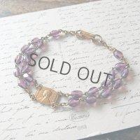 紫のガラスビーズと金鍍金のメダイのブレスレット