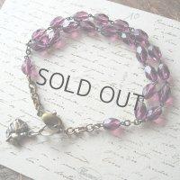 紫のガラスビーズとバラのメダイブレスレット