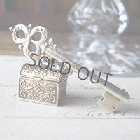鍵と宝石箱のヴェルメイユブローチ