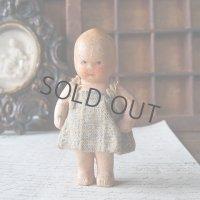 小さな陶器のお人形
