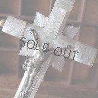 マザーオブパールの手彫りの十字架