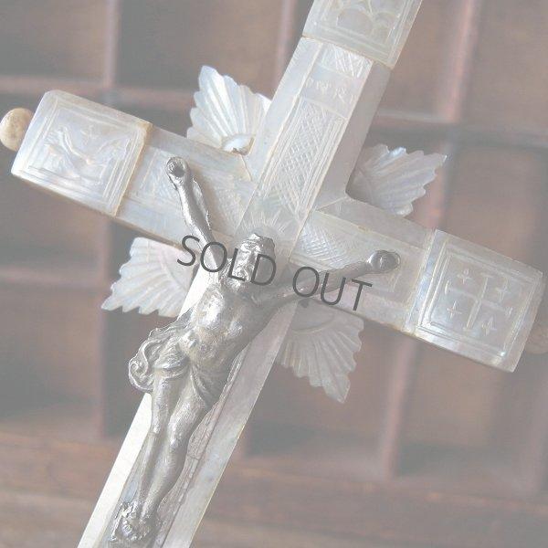 画像1: マザーオブパールの手彫りの十字架