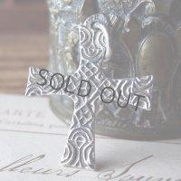 彫り紋様のシルバークロス