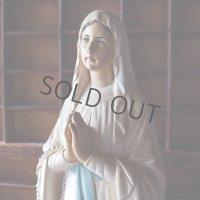 ロザリオを手に祈る聖母マリア像