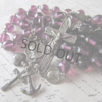 紫のガラスビーズとメダイのロザリオ