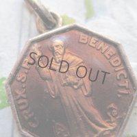 エナメルガラスの聖ベネディクトのメダイ