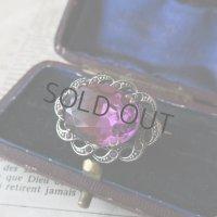 大きな紫ガラスのブローチ