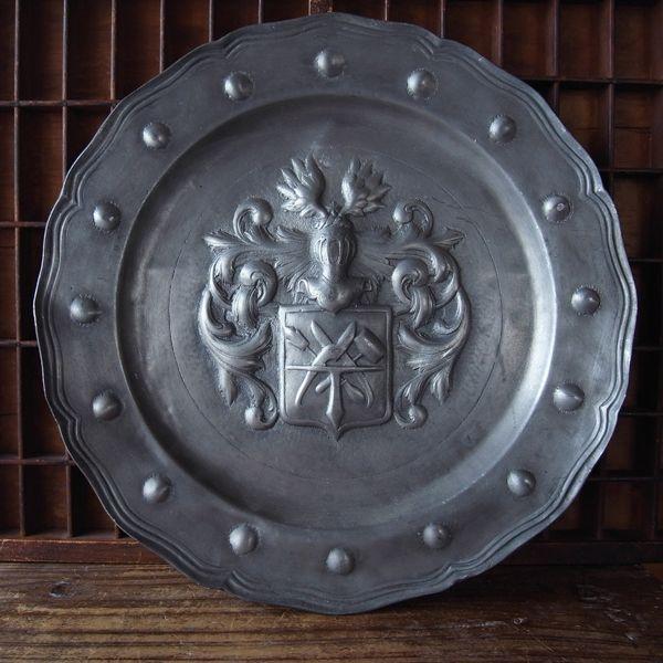 画像1: 紋章の大きなピューター皿