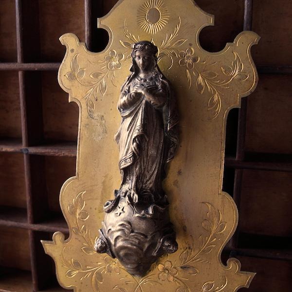 画像1: 天球に立つ聖母マリアの聖水盤