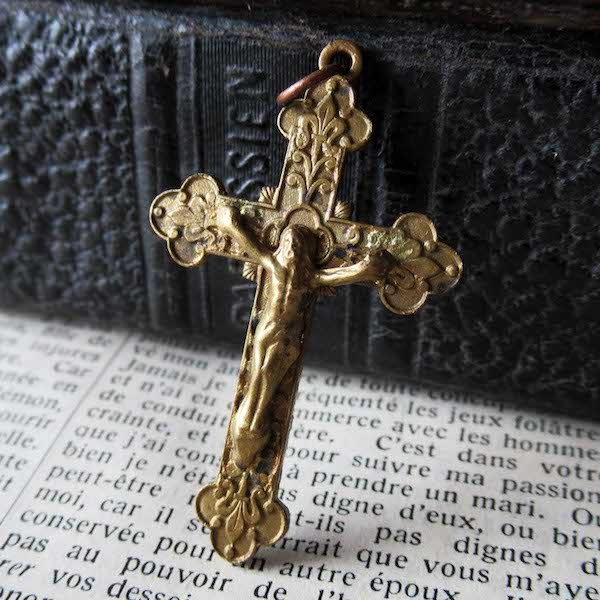 画像1: ユリの紋様が刻まれた十字架
