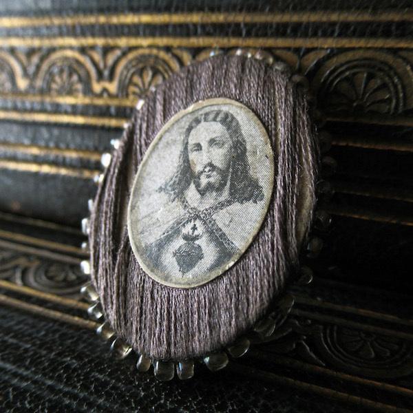 画像1: ビーズで飾られたAgnus Deiのメダイ