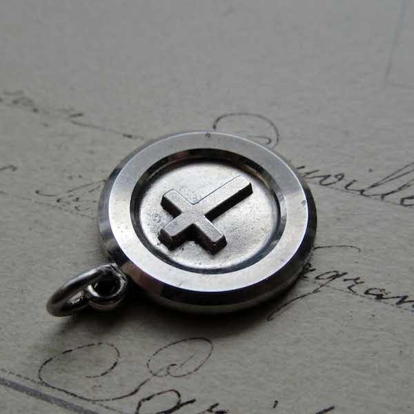 画像: 円形のシルバークロスペンダント