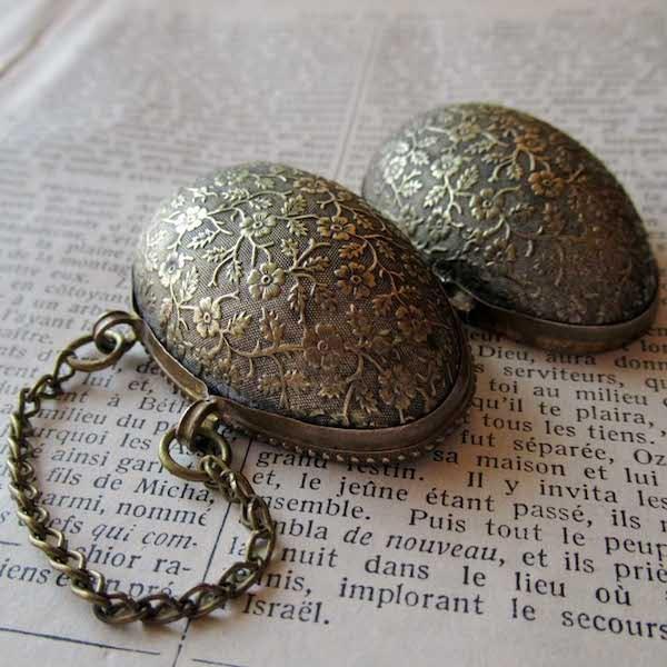 画像: 卵の形のシンブルホルダー(指貫ケース)