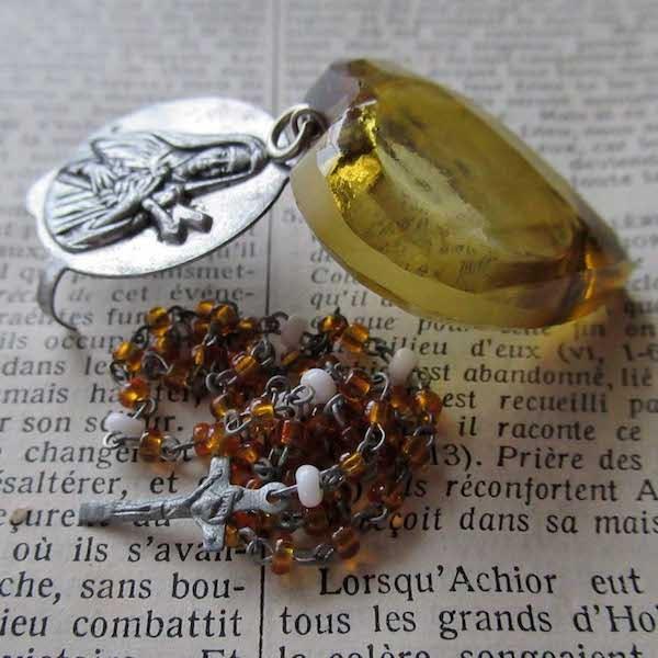 画像: チェコガラスのミニロザリオとケース