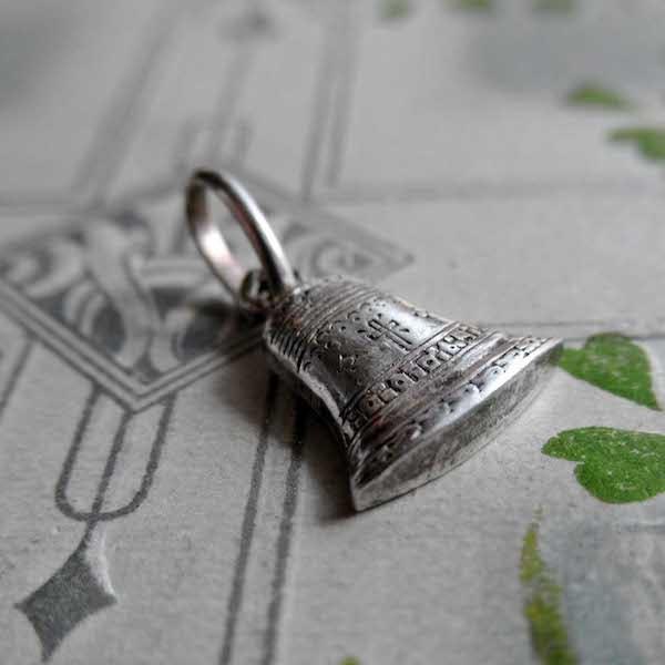 画像: 銀の鐘のエナメルメダイ