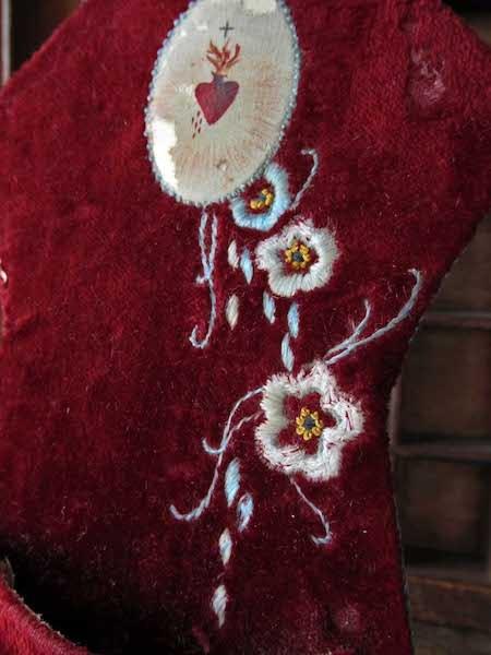 画像: ビロードに手刺繍の聖水盤